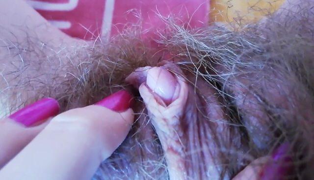 Волосатая писечка очень симпатичной малышки