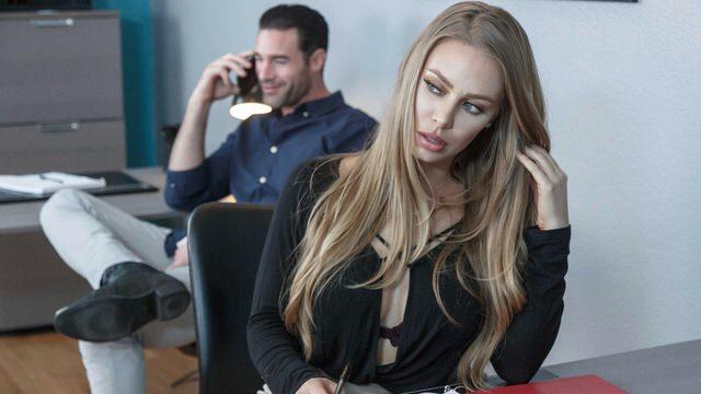 Страстный секс на работе с грудастой секретаршей